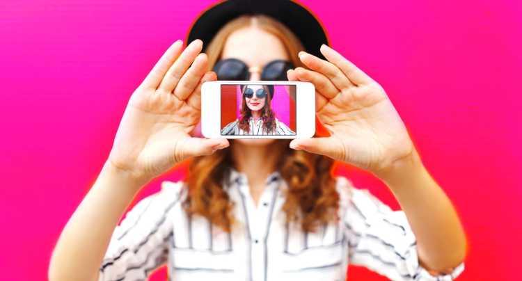 meisje neemt kleurrijke selfie