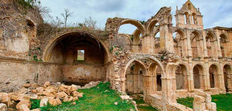 Ruinas del Monasterio Cister de Santa María de Rioseco en las Merindades, Burgos