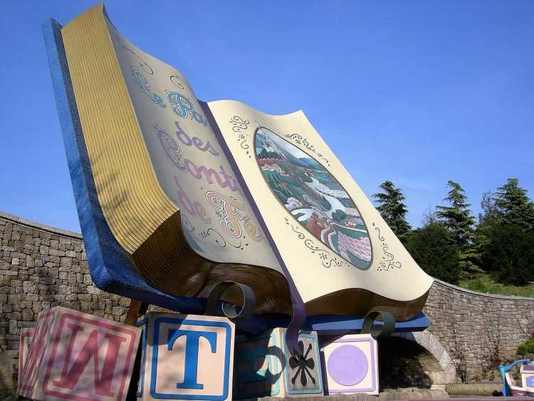 Un livre géant à Disneyland Paris