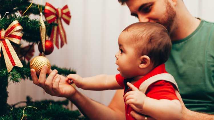 Orner le sapin de Noël