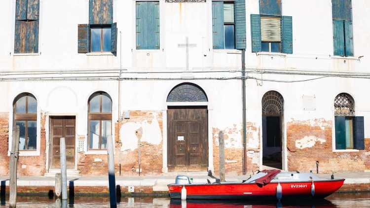 oude gebouw met bruine wand