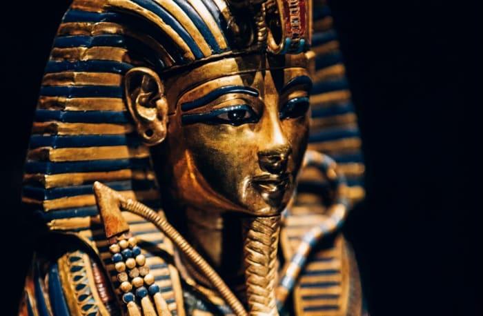 Dès septembre 2019, les trésors du pharaon déménagent à la Saatchi Gallery de Londres pour l'exposition Toutankhamon.