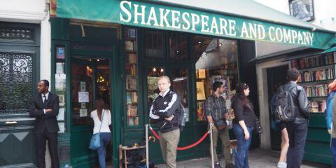 Pintu masuk Shakespeare and Co (foto: Auzi Amazia).