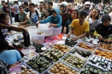 Pedagang melayani konsumen yang membeli makanan untuk berbuka puasa di pasar takjil Bendungan Hilir, Jakarta Pusat, Sabtu (21/7).