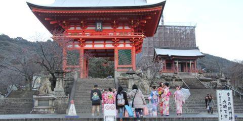 Gerbang Kuil Kiyomizu yang ikonik. (FOTO: Luscia Mawarni)