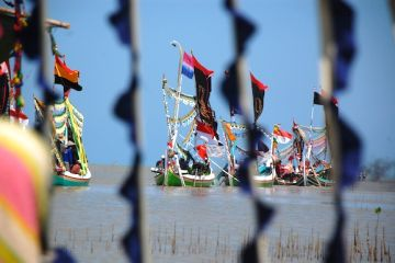 Sejumlah perahu hias yang akan mengikuti ritual petik laut, di Desa Lembung, Galis, Pamekasan (FOTO: ANTARA/Saiful Bahri)