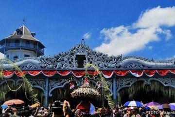 Puncak perayaan Sekaten ditandai dengan arak-arak gunungan berisi beras ketan, buah-buahan, serta sayur-sayuran yang dibawa dari Keraton Surakarta menuju Masjid Agung.