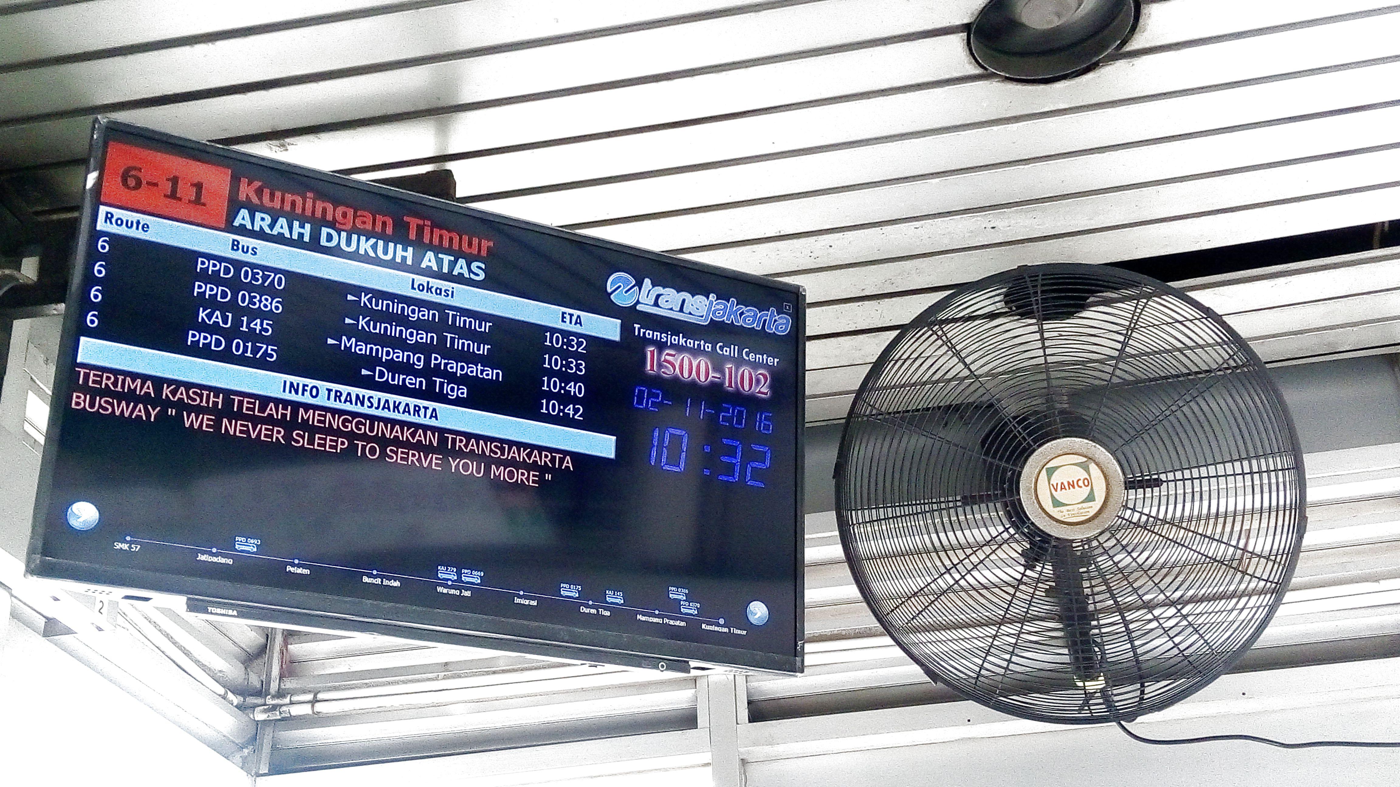 Layar interaktif untuk memantau kedatangan bus transjakarta selanjutnya (foto: Yasmin Hadi).