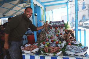Penjual hidangan laut di Essaouira (foto: Mega Caesaria).
