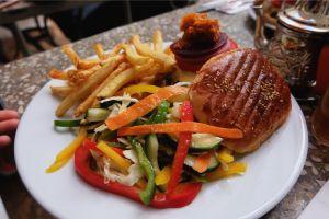 Burger daging unta, harus coba! (Foto: Mega Caesaria).