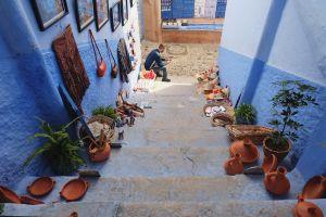 Salah satu gang tempat para penjual oleh-oleh memajang barang dagangan mereka (foto: Mega Caesaria).