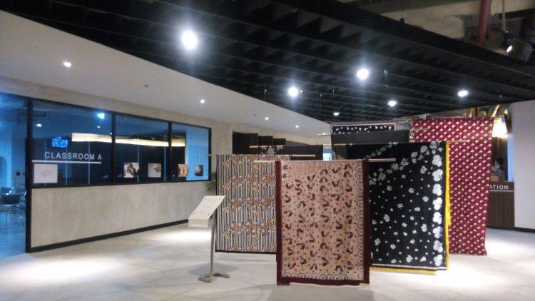"""Waktu Wego berkunjung sedang ada pameran """"Sejauh Mata Memandang"""" yaitu pameran kain batik karya Citra Subyakto yang dua di antaranya adalah karya dari ibu-ibu Rusun Marunda."""