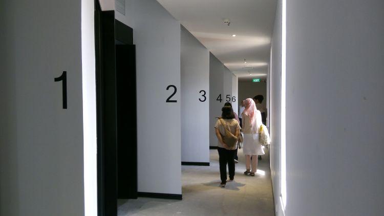 Melihat unit kantor di JCH saat JCH Facility Tour.