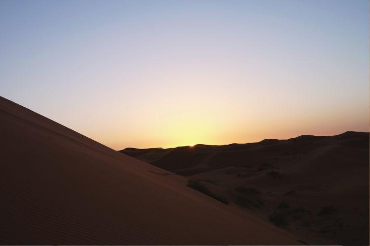 Matahari pagi di Gurun Sahara terlihat lebih besar dan langsung menyinari seluruh lapisan pasir (Foto: Mega Caesaria).