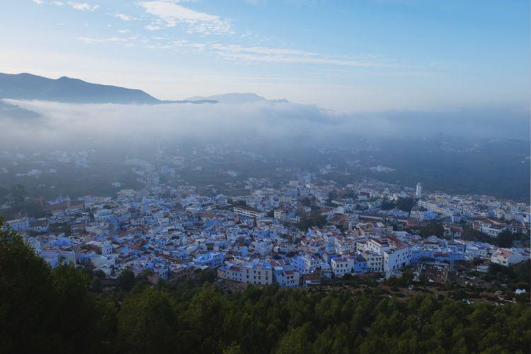 Kabut pagi Chafchaouen dari ketinggian (foto: Mega Caesaria).
