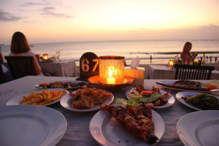 Sunset dinner di tepi pantai