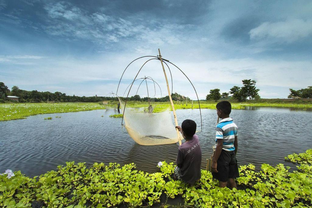 dua orang anak di pinggir danau