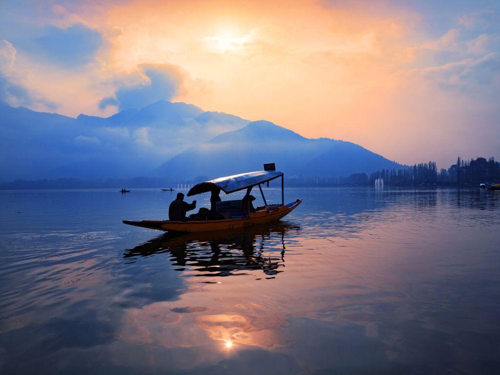 perahu di tengah danau