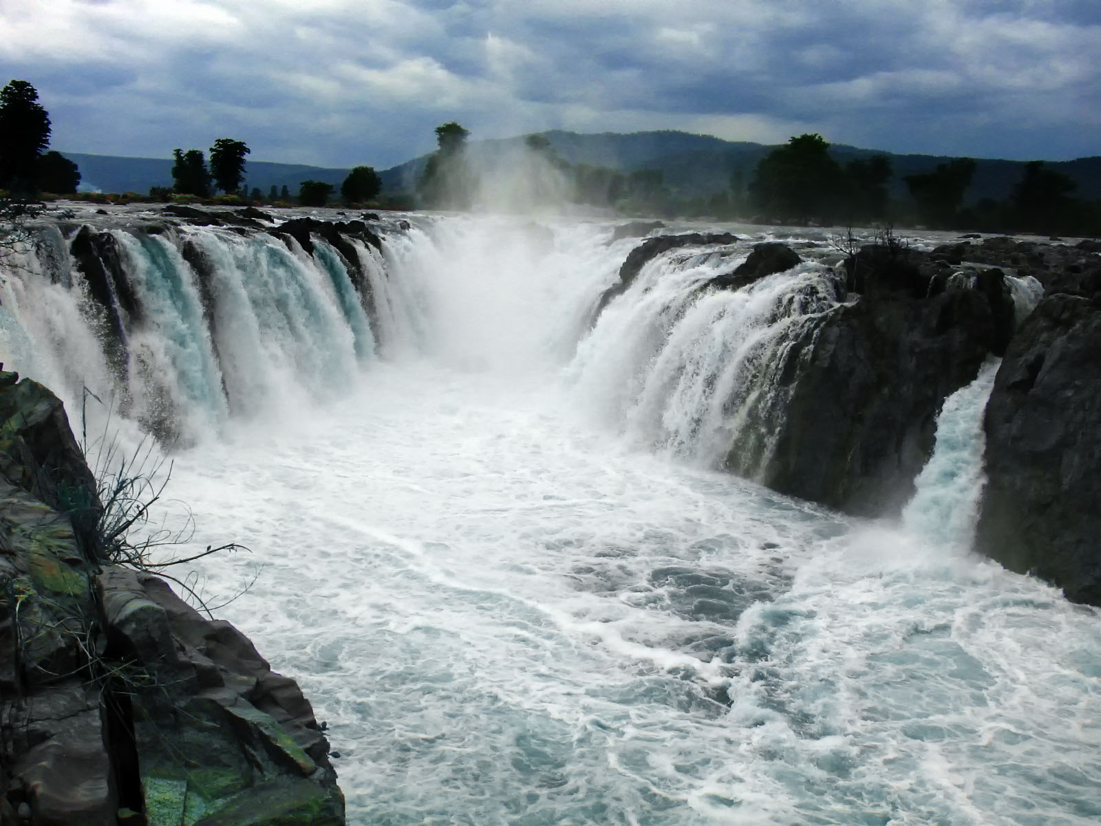 Hogenakkal_Falls_Close