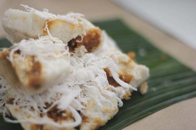 Beda dengan kue Putu, Dodongkal didominasi warna putih. FOTO: Choirul Anwar.