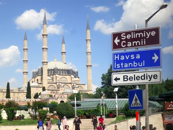 Selimiye Mosque, masjid persegi dengan kubah besar tunggal dan empat menara ramping, mendominasi cakrawala Kota Edirne. (FOTO: Herajeng Gustiayu)