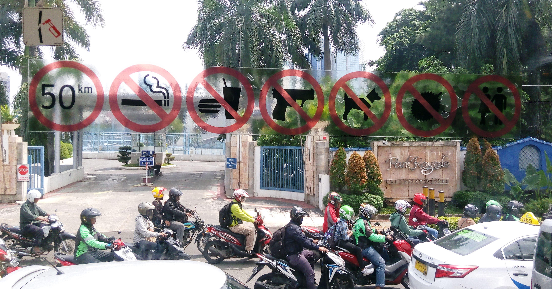 Aturan yang ditempel di kaca-kaca bus Transjakarta (dok: Yasmin Hadi).