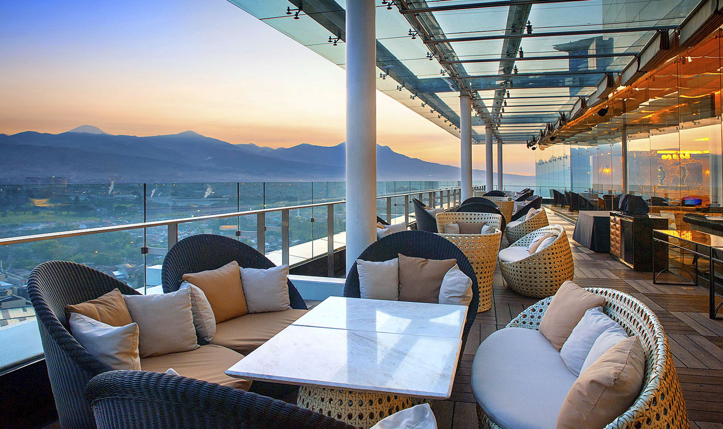 The 18th Restaurant and Lounge Trans Luxury Hotel