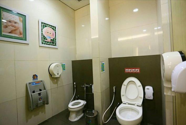 Bagian dalam family toilet Bandara I Gusti Ngurah Rai Bali