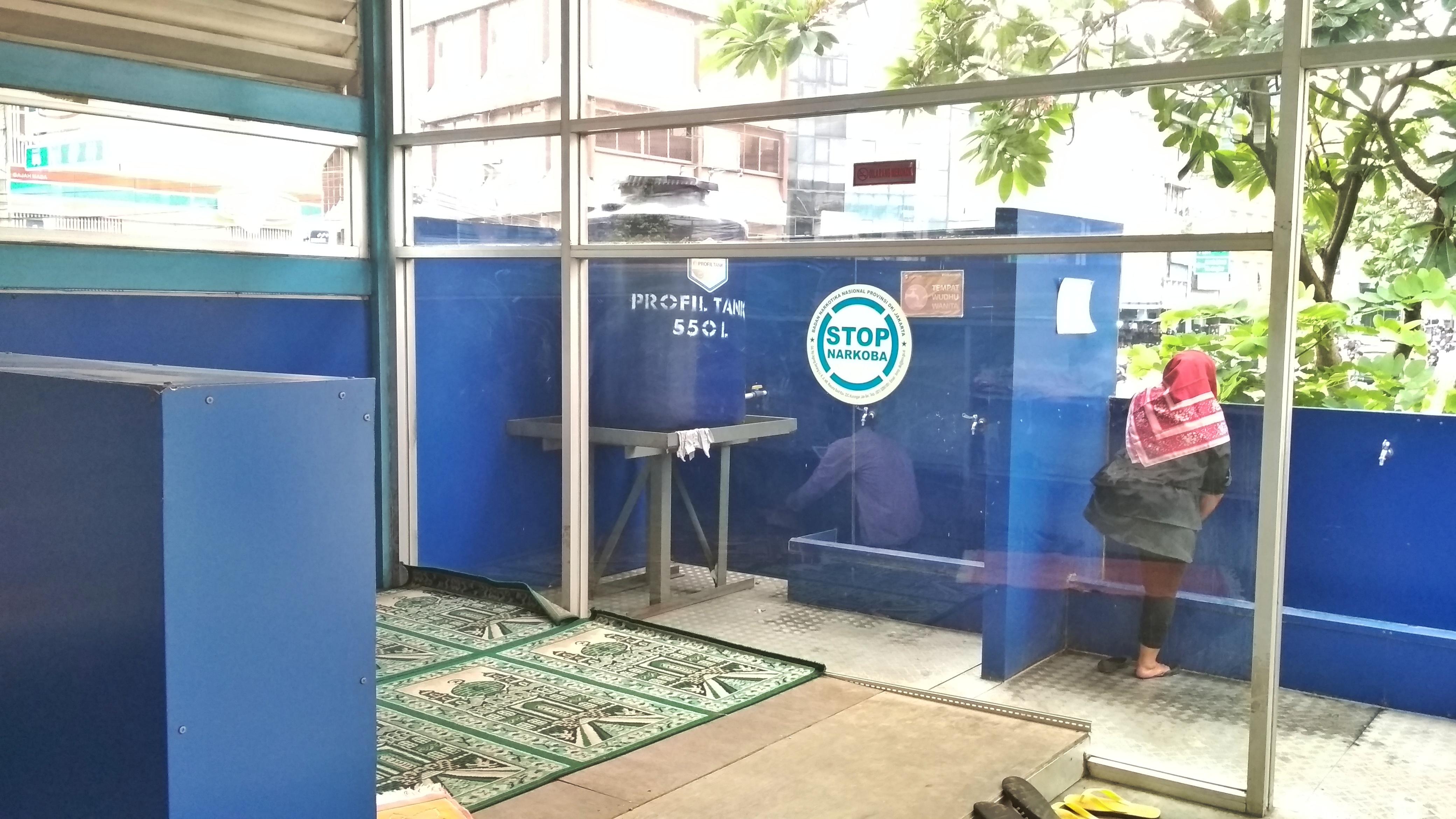 Halte TransJakarta dengan Fasilitas Musala