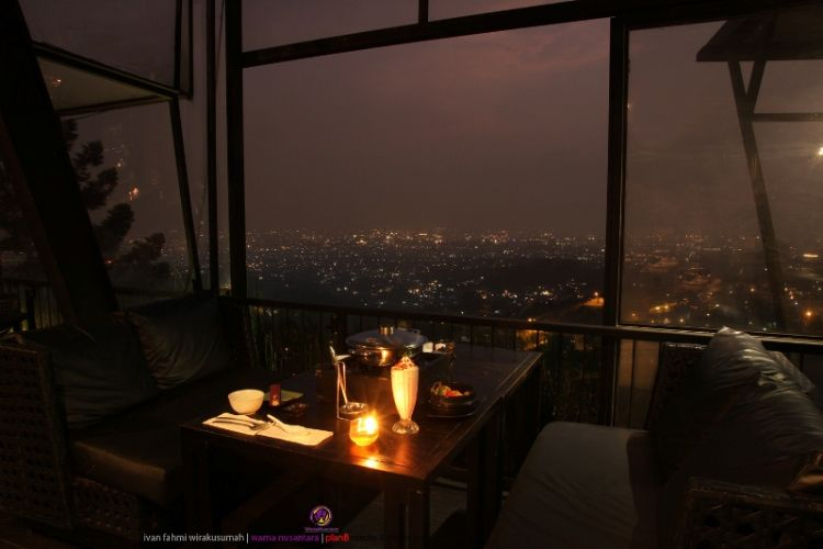 makan malam romantis dengan pemandangan kota dari atas