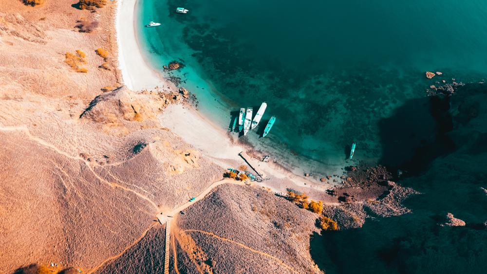 pantai dari atas dengan perahu-perahu bersandar