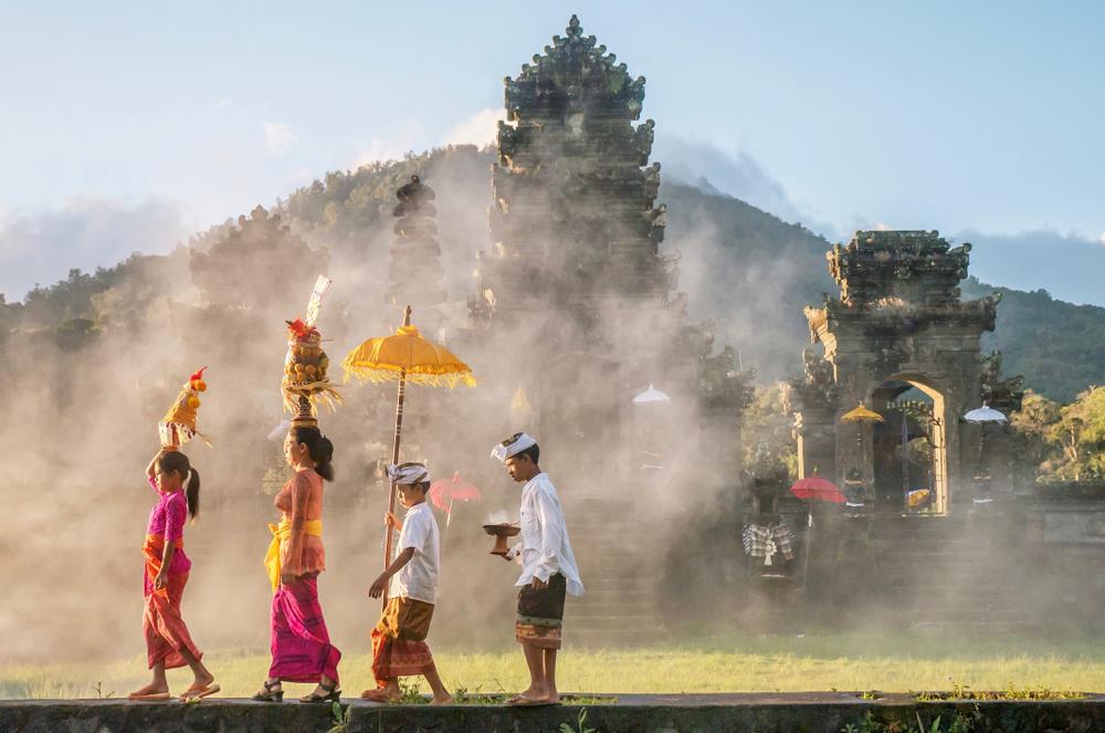 warga Bali berangkat ibadah