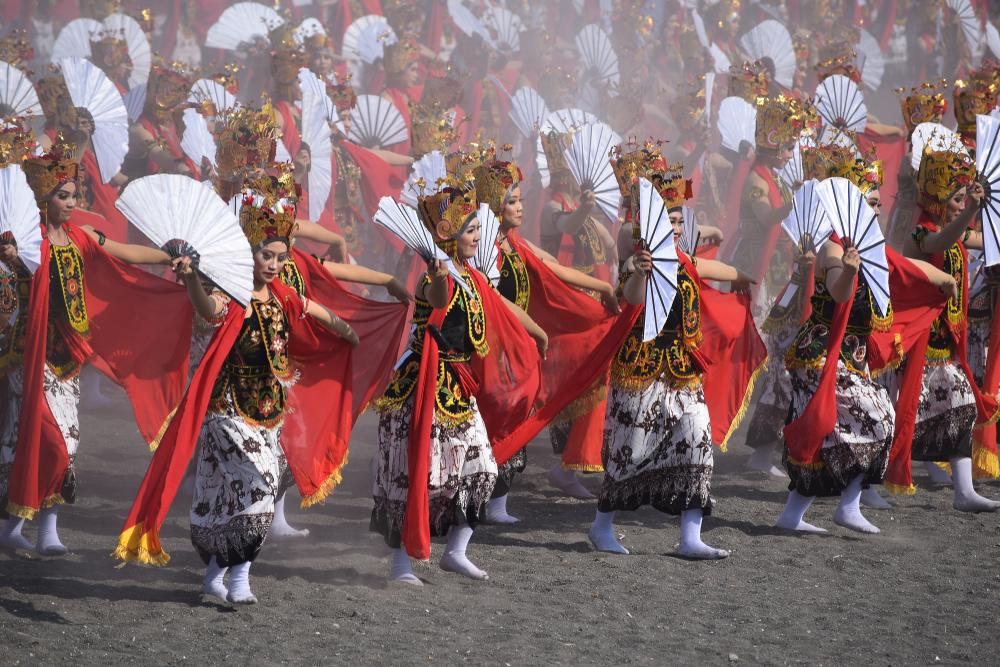 ribuan penari menari bersama