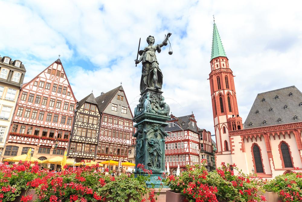 Patung di tengah bangunan klasik Frakfurt