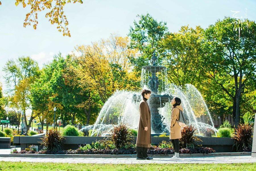 lelaki dan perempuan di depan air mancur