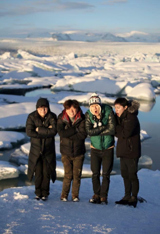 berdiri di tengah salju