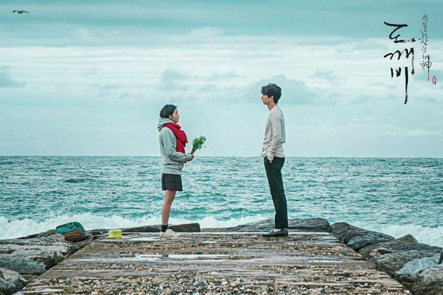 lelaki dan permpuan di pinggir laut
