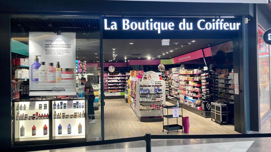 OUVERTURE DE LA BOUTIQUE DU COIFFEUR