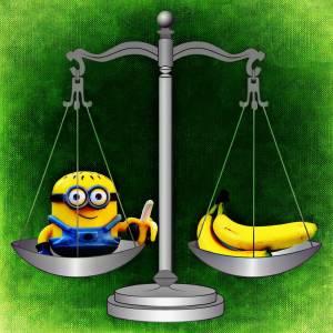 Minion und Banane auf Waage
