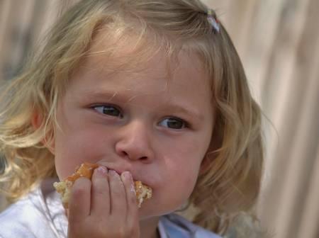 hungriges kleines Kind