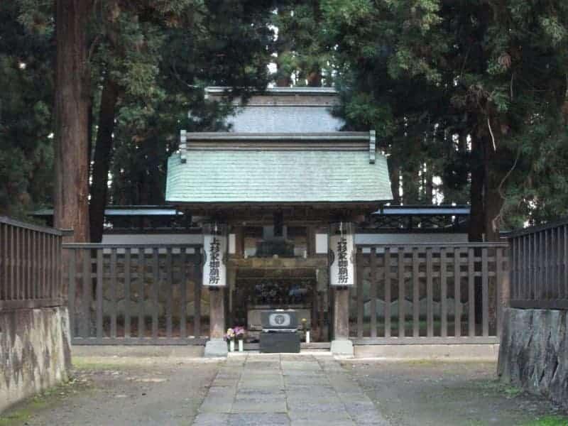 uesugi_clan_mausoleum_6.jpg