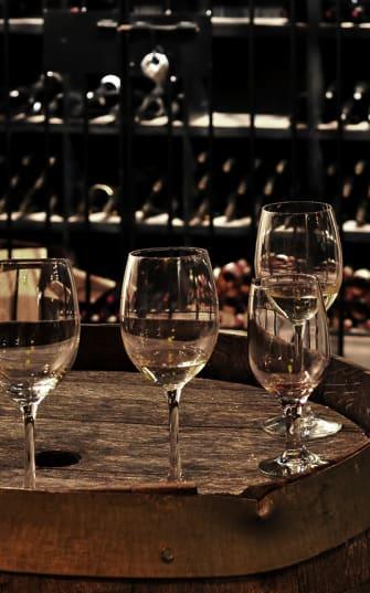 Weingläser auf einem Holzfass