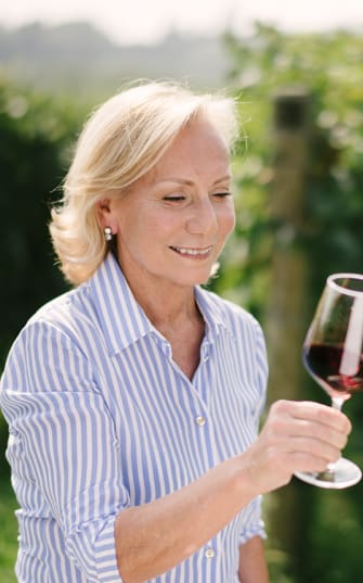 Marilisa Allegrini schwenkt ein Glas Rotwein