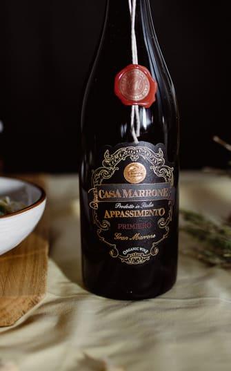 Wein von Casa Marone auf gedecktem Tisch