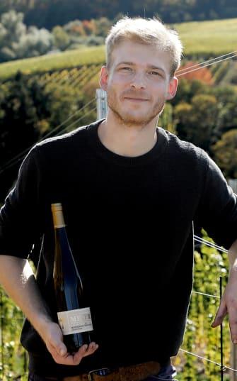 Familie Meier vor Fässern vom Weingut
