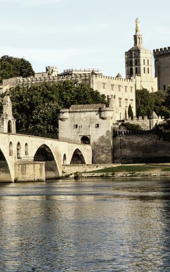 Mittelalterliche Stadt im Rhône-Tal