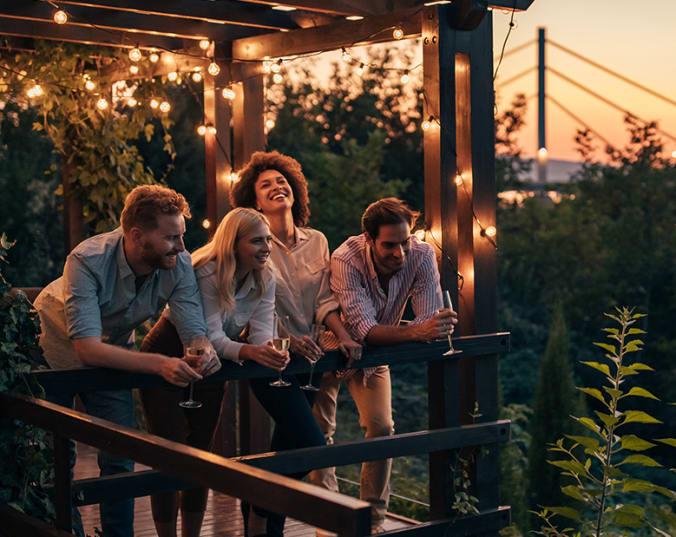 Freunde feiern das Festival des deutschen Weins