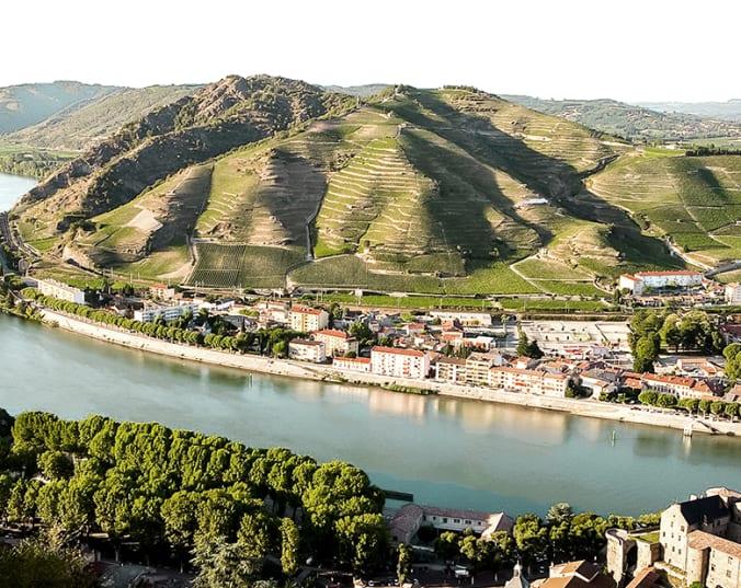 Eine Flussschleife im Rhône-Tal von oben