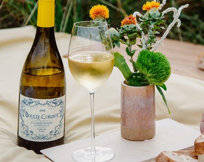 Weißwein auf edel gedecktem Tisch