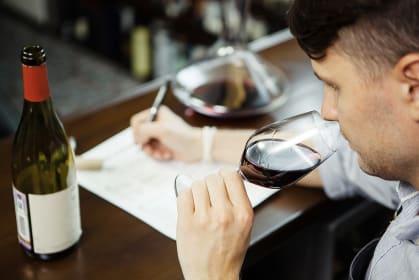 Robert Parker: Weinkritiker, der verkostet und Notizen macht